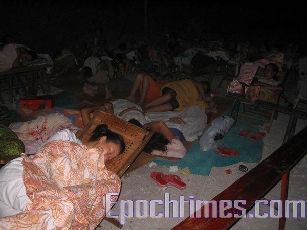 Крестьяне ночью спят в самодельных навесах возле строящейся пристани. Фото: The Epoch Times