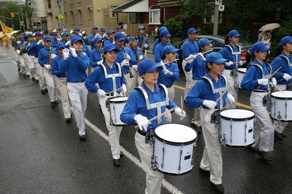 Творческий коллектив «Лотос» и Небесный оркестр участвуют в Празднике Цветов в г.Брамптон (Канада). Фото: Му Фэн/The Epoch Times