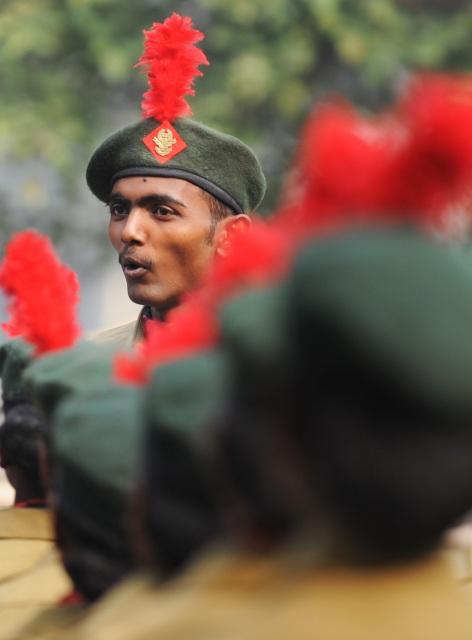 Инструктор Национального кадетского корпуса дает наставления перед началом парада. Калькутта, Индия. Фото: DIBYANGSHU SARKAR/AFP/Getty Images
