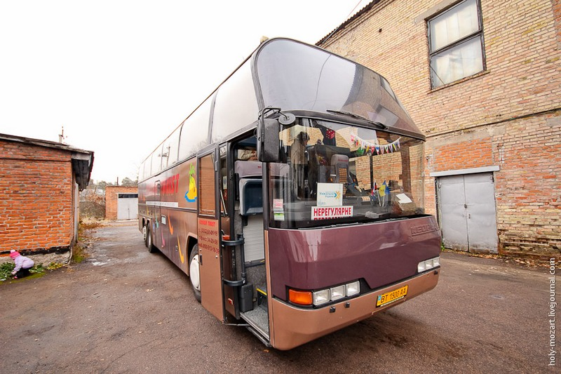 Автобус туристической компании «Унікальна Україна» примерно за час доставил экскурсионную группу из центра Киева в Клавдиево-Тарасово. Фото: holy-mozart.livejournal.com
