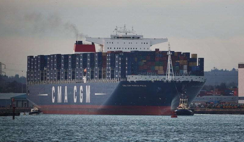 Саутгемптон, Англия, 10 декабря. Самый большой в мире контейнеровоз «Марко Поло» отправляется в путь. Ширина корабля 54 м, а длина 396 м, что на 51 м больше длины крупнейшего в мире лайнера «Queen Mary 2». Фото: Peter Macdiarmid/Getty Images