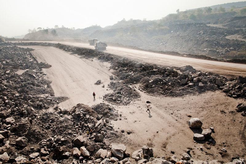 Звалище порожньої породи в кар'єрі в селищі Джина Гора, родовище Джхарія, Індія. Фото: Daniel Berehulak/Getty Images