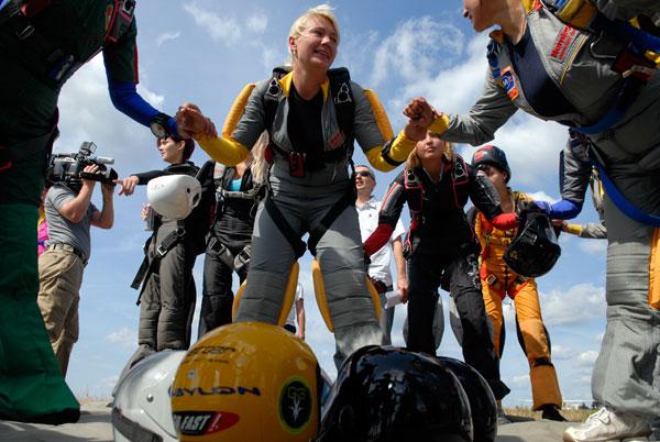 Девушки устанавливают национальный женский парашютный рекорд Украины. Фото: Владимир Бородин/The Epoch Times