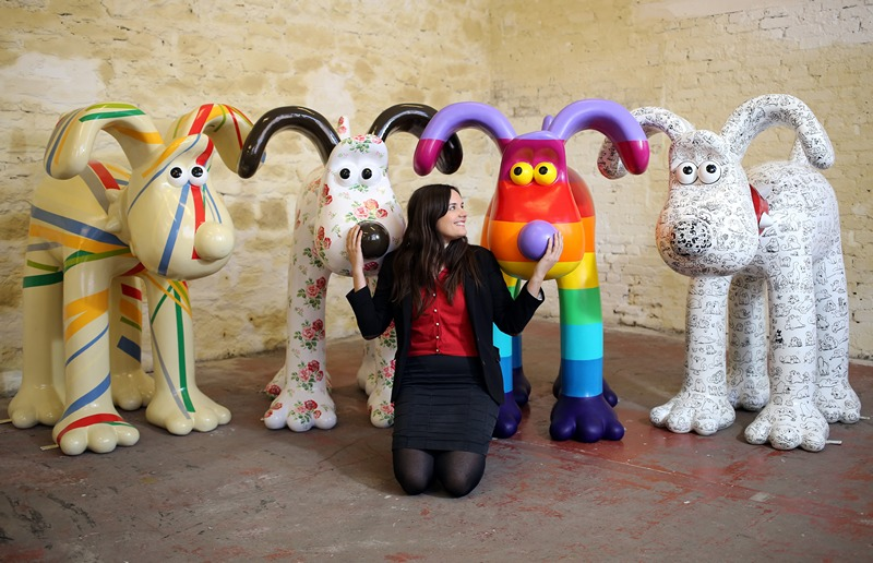 Брістоль, Англія, 19 квітня. Відомі художники розмалювали скульптури мультяшного персонажа на ім'я Громіт. Скульптури будуть продані на аукціоні зі збору коштів для дитячого госпіталю. Фото: Matt Cardy/Getty Images
