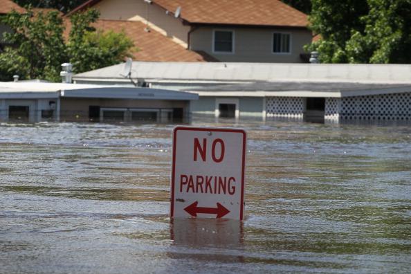 Стоянка запрещена - но наводнению не прикажешь. г. Берлингтон, Северная Дакота, США. Фото: Scott Olson/Getty Images