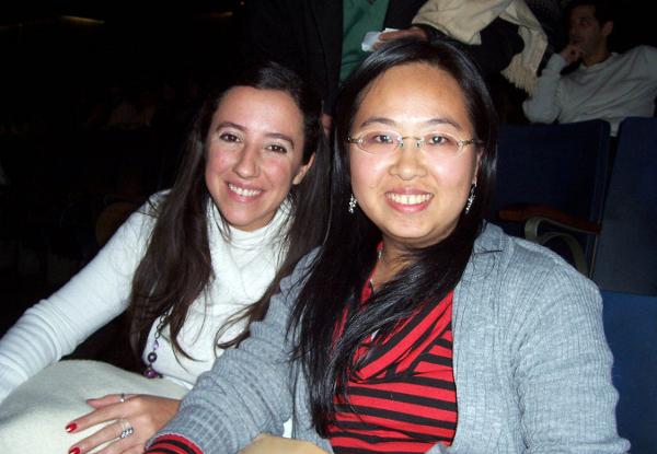 Китайская студентка г-жа Чжэн Чжиминь и её подруга. (The Epoch Times)