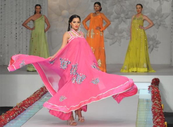 Показ коллекции от La Chantal by Saba Пакистанской недели моды. Фото: Photo credit should read ASIF HASSAN/AFP/Getty Images