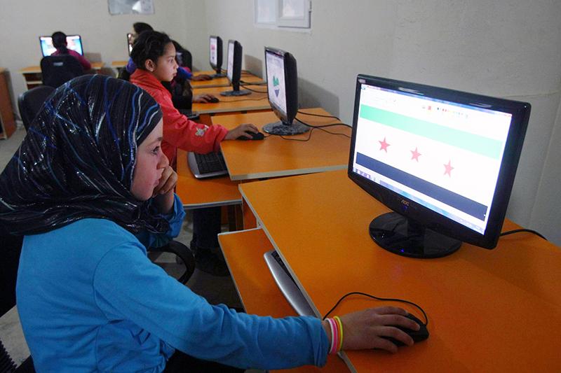Сирийские дети беженцы пользуются компьютерами во время урока в лагере беженцев в Yayladagi 26 марта 2012 года. Фото: ADEM ALTAN/AFP/Getty Images