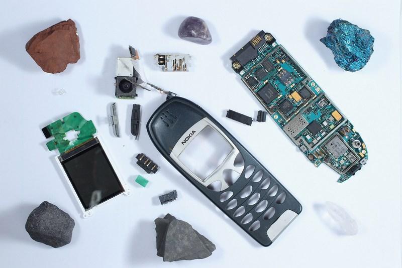 Берлин, Германия, 28 августа. Правительство страны обратилось к молодёжи с инициативой переработки старых мобильных телефонов под девизом «Узнай, из чего сделан твой мобильник!». Фото: Sean Gallup/Getty Images