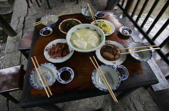 Завтрак в доме на сваях. Фото: China Photos/Getty Images