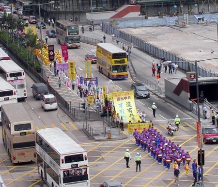 Парад простує по Монкок, по обидва боки вулиці стоять жителі і туристи, які спостерігають за грандіозним парадом. Фото: Цзінчао Пань. Велика Епоха