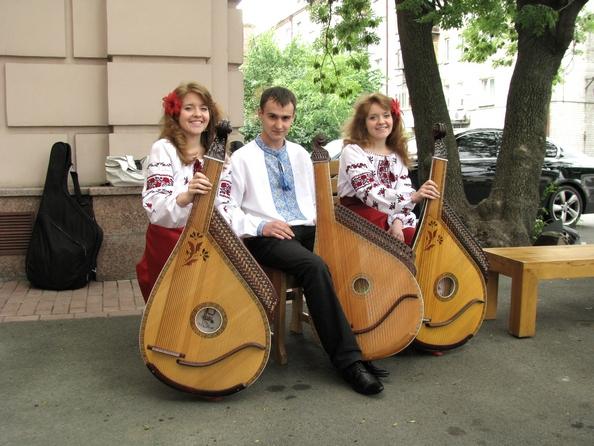 Трио кобзарей: Одарка и Екатерина Руголь с Максимом Мельником. Фото: Алина Маслакова/The Epoch Times Украина