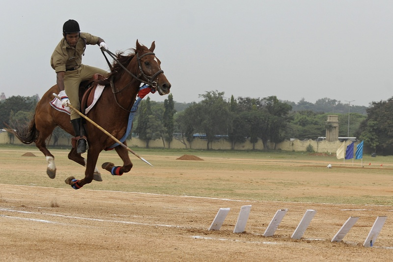 Секундерабад, Индия, 22 ноября. Национальный кадетский корпус отмечает 64-летие. Верховой кадет демонстрирует навыки владения пикой. Фото: NOAH SEELAM/AFP/Getty Images