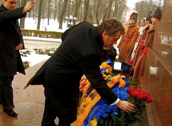 Президент Украины Виктор Ющенко в день соборности возлагает цветы к памятнику Тарасу Шевченко в Киеве. Фото: NTD