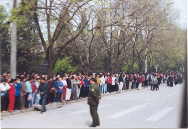 25 квітня 1999 р. більше 10 тис. послідовників Фалуньгун приїхали до Пекіна, щоб звернутися до уряду. Фото з epochtimes.com