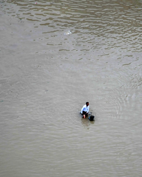 На велосипеде по воде. г. Ланси, провинция Чжэцзян. Фото: STR/AFP/Getty Images