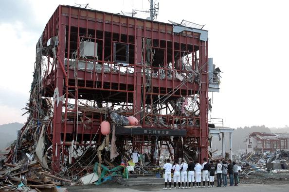 Члени університетської бейсбольної команди поминають свого тренера, який загинув під уламками центру із запобігання катастроф у м. Мінамісанріку, префектура Міягі. Фото: Kiyoshi Ota/Getty Images