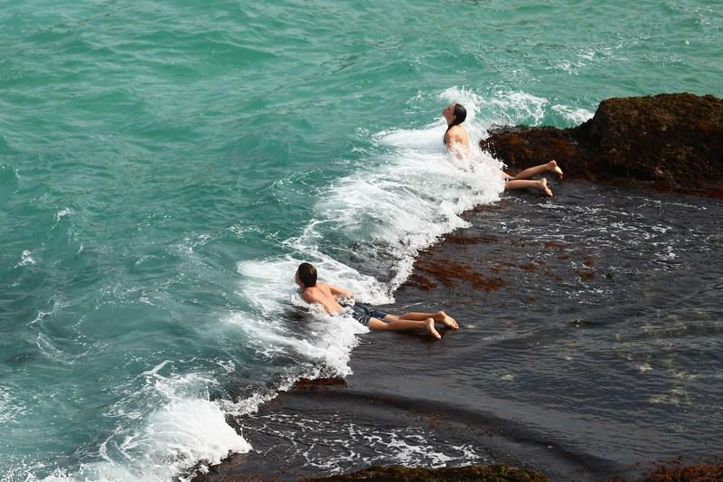 Сидней, Австралия, 1 декабря. Жители города наслаждаются жаркой погодой на пляжах и в тёплых волнах океана. К выходным температура воздуха поднялась до 40 градусов по Цельсию. Фото: Mark Kolbe/Getty Images