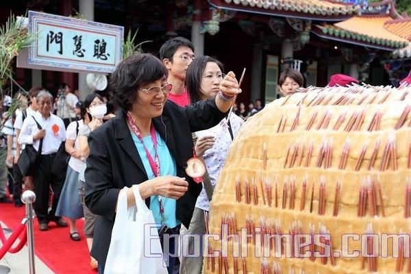 Желающие вытаскивают из импровизированной жертвенной «коровы мудрости » кисточки, сделанные из «волосков мудрости». Тайбэй, Тайвань. 28 сентября 2009 год. Фото: The Epoch Times