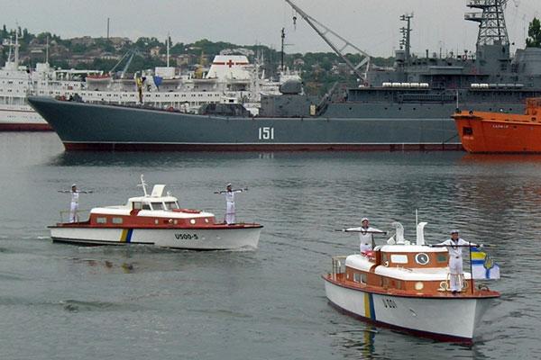 К Графской пристани причаливают катера с министром обороны Украины и командующим украинскими ВМС во время празднования 16-тилетия ВМС Украины в Севастополе 6 июля 2008 года. Фото: Алла Лавриненко/The Epoch Times