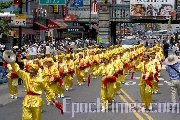 14 июня, Нью-Йорк. Шествие последователей Фалуньгун. Колонна китайских барабанщиков. Фото: The Epoch Times