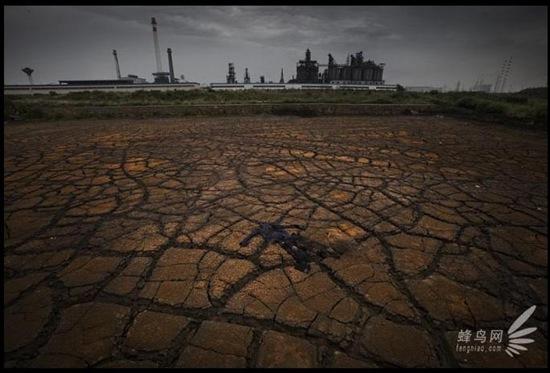Забруднений ґрунт між заводом і річкою Янцзи. Місто Мааньшань провінції Аньхой. 26 червня 2009. Фото: Лу Гуан