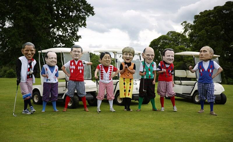Енніскіллен, Північна Ірландія, 18 червня. Ляльки лідерів країн «великої вісімки» збираються грати в гольф. Карикатуру на саміт G8 створили співробітники міжнародної організації щодо подолання бідності «Оксфем». Фото: Peter Macdiarmid/Getty Images