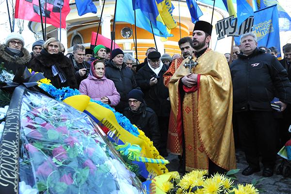 Молебен возле памятника Героев Крут на Аскольдовой могиле в Киеве 29 января 2011 года. Фото: Владимир Бородин/The Epoch Times