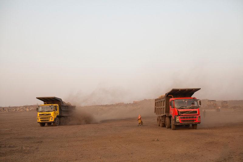 Самосвалы везут отходы на свалку. Фото: Daniel Berehulak/Getty Images
