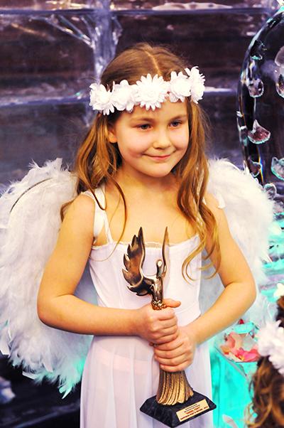 Девочка держит главный приз - статуэтку Невеста года в Украине-2010. Фото: Владимир Бородин/The Epoch Times Украина