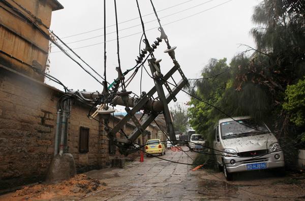 Тайфун «Фанаби» бушует в Китае. Фото: STR/AFP/Getty Images