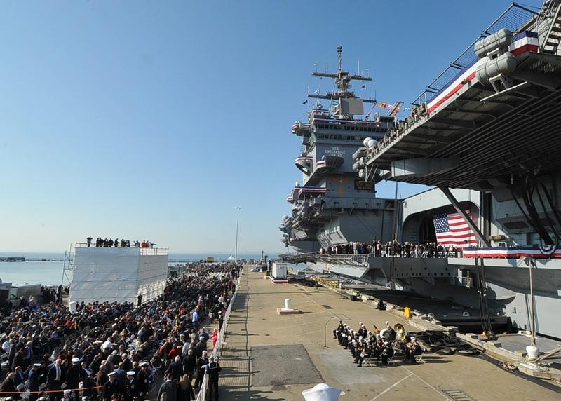 Норфолк, штат Вирджиния, США, 1 декабря. Авианосец «Энтерпрайз» после 51 года службы в составе ВМС США отправляется на «пенсию». Фото: KAREN BLEIER/AFP/Getty Images