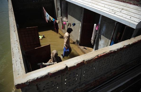 Проливные муссонные дожди, которые обрушились на Пакистан несколько недель назад, стали причиной сильных наводнений. Фото:ASIF HASSAN/Getty Images/Getty