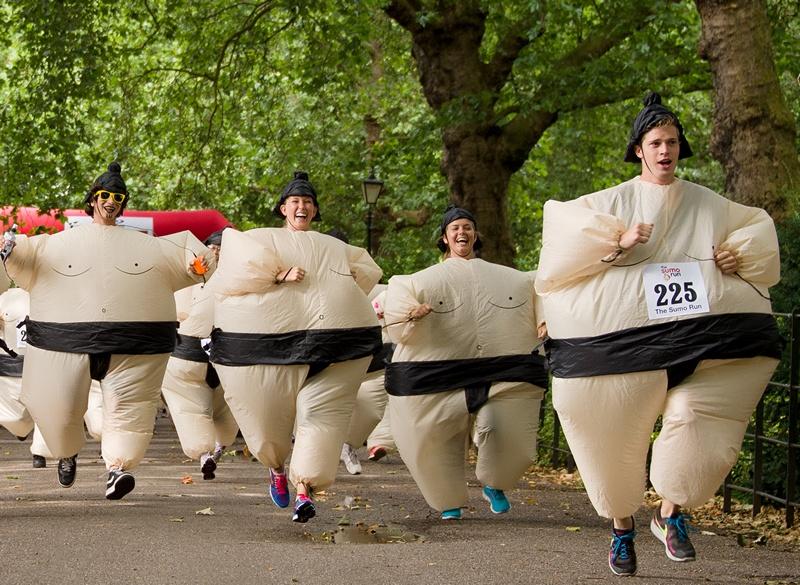 Лондон, Англия, 28 июля. Участники ежегодного благотворительного забега на 5 км бегут по парку Баттерси в надувных костюмах борцов сумо. Фото: LEON NEAL/AFP/Getty Images