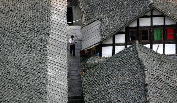 Прогуливающийся мужчина. Фото: China Photos/Getty Images