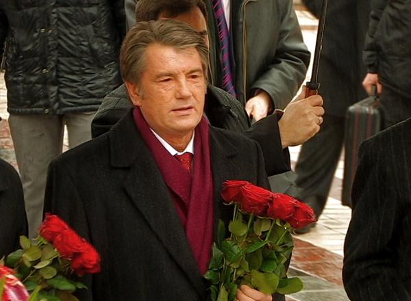 Президент Украины Виктор Ющенко в день соборности возлагает цветы к памятнику Шевченко в Киеве. Фото: NTD