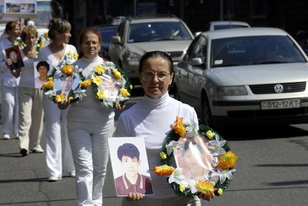 Колона людей із портретами послідовників Фалуньгун загиблих у Китаї в результаті переслідувань китайської компартії. Фото: The Epoch Times