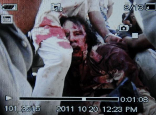 Кадр, заснятый видеокамерой сотового телефона, отображает арест Муаммара Каддафи в Сирте 20 октября 2011 года. Фото: Philippe Desmazes/Getty Images