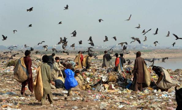 Мусорщики собирают пригодные для повторного использования отходы. 1 февраля 2010. Фото: Arif Ali/AFP/Getty Images