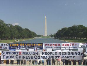 Мітинг підтримки 5 мільйонів чоловік, що вийшли із КПК біля пам'ятника Дж. Вашингтону. Фото: Велика Епоха
