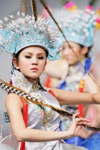 Модель в древнем наряде во время Недели моды. Пекин, 2 ноября 2004 г. Фото: Getty Images