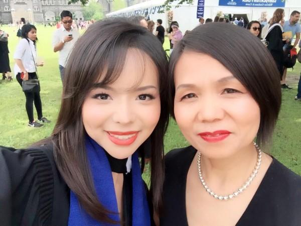 Анастасія Лінь разом зі своєю матір'ю на випускному. Фото: Courtesy of Anastasia Lin