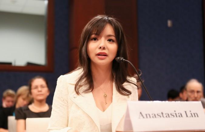 Анастасія Лінь виступає перед комісією в конгресі США на тему релігійних переслідувань у Китаї 23 липня 2015 р. Фото: Li Sha/Epoch Times