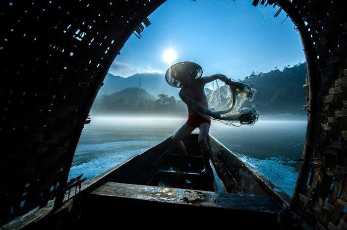 Друге місце, «Ловля риби сіткою», Лі Мін Чао, Китай. Фото: photocontest.cgap.org