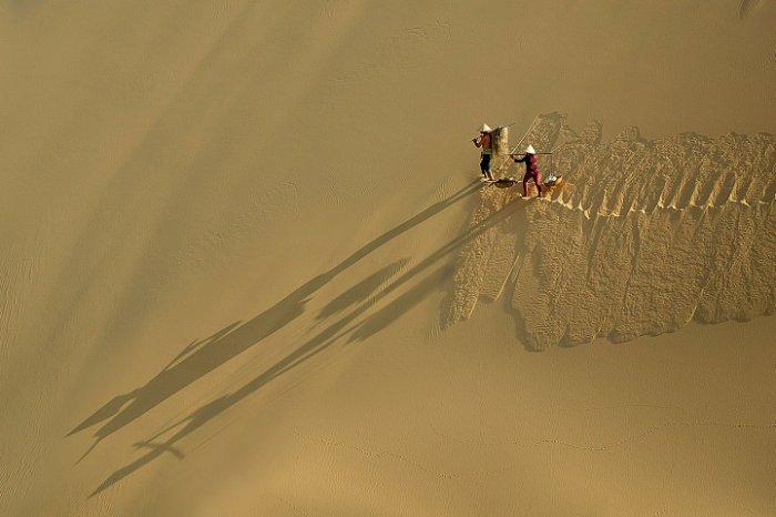 Переможець регіону «Азія і Тихоокеанський регіон», «Ходьба пісочними пагорбами», Ле Мін Квок, В'єтнам. Фото: photocontest.cgap.org