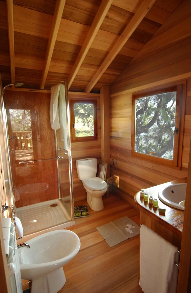 У будиночку є спальня з зручним ліжком на двох, комфортна ванна, а для відпочинку і споглядання природи обладнана тераса серед гілок дерева. Фото: hqroom.ru