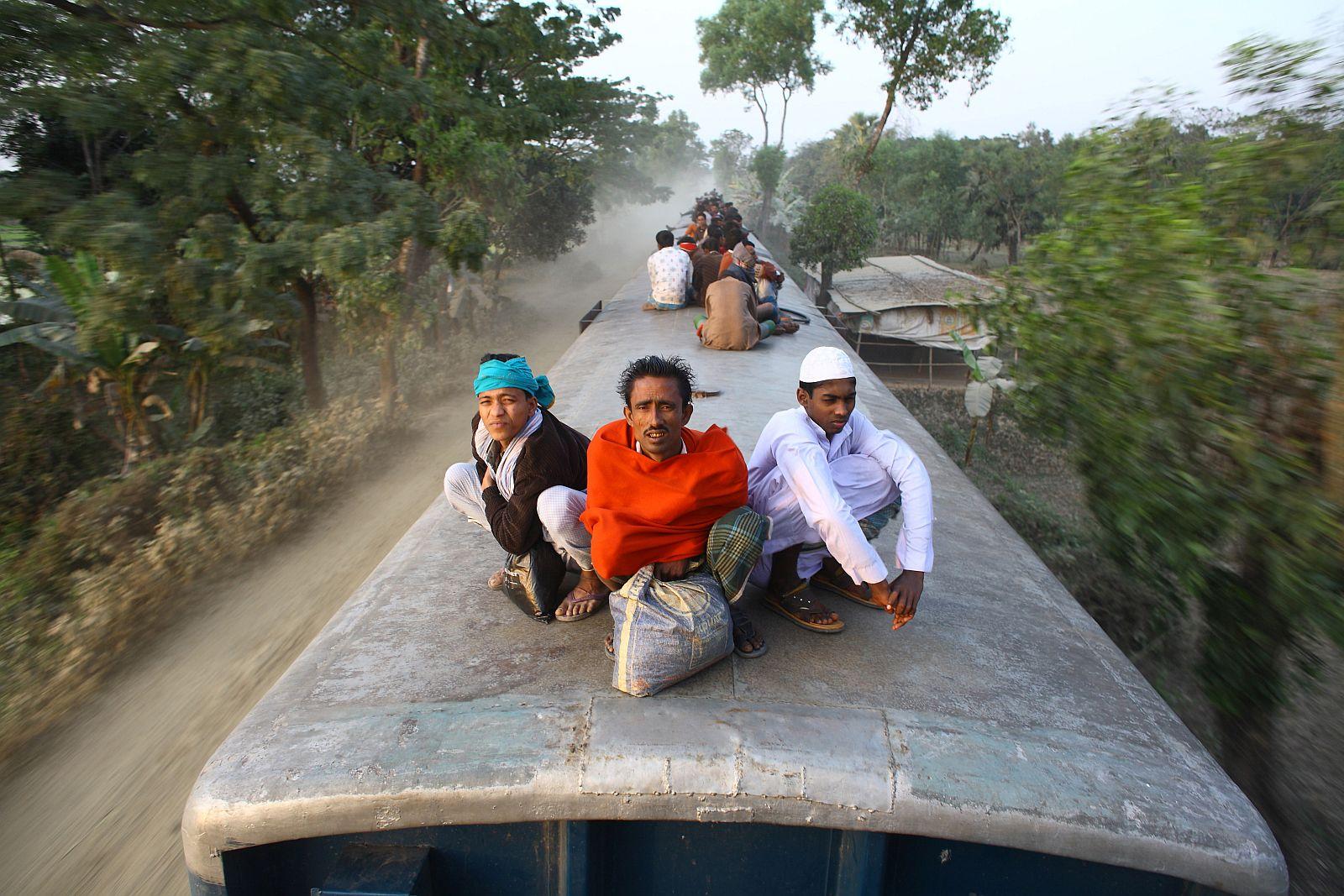 «Не за что держаться». Первое место в номинации «Путешествия людей». Фото: GMB Akash