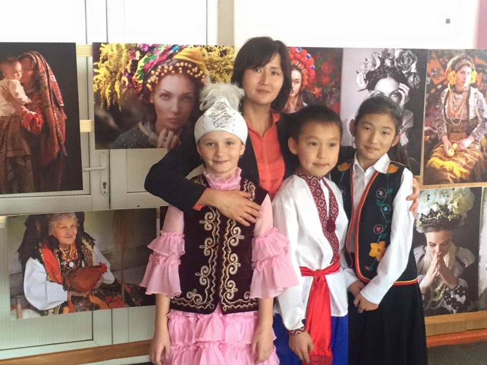 Выставка фоторабот в одном из городов Кыргызстана, где проживает большая часть украинской диаспоры. Фото: facebook.com/TretiPivni