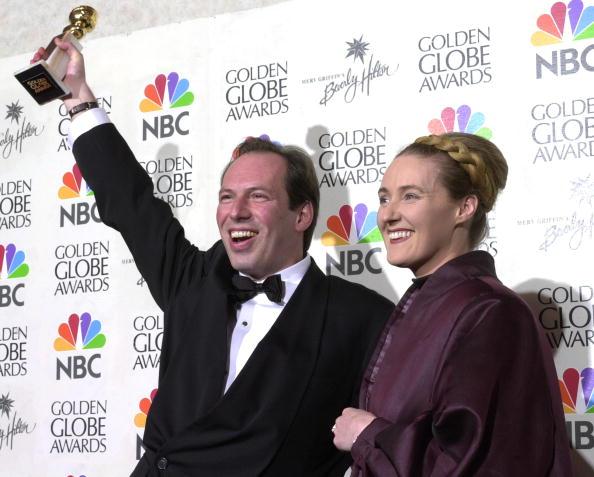 Ханс Циммер и Лиза Джеррард позируют перед камерами на церемонии вручения премии «Золотой глобус», 21 января 2001 года, Беверли Хиллз.