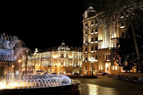 Ночной Баку. Фото: Gulustan/commons.wikimedia.org